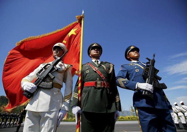 Oficiais e soldados durante ensaio para a Parada em comemoração ao 70º aniversário da vitória do povo chinês na guerra contra o Japão