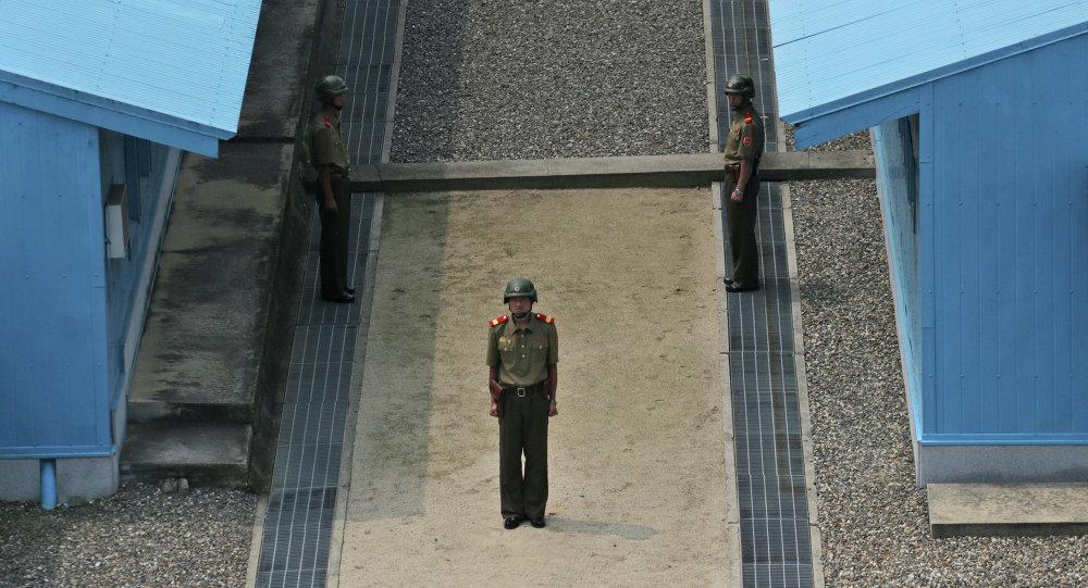 Soldados da Coreia do Norte de guarda na vila de Panmunjom, na zona desmilitarizada, em 15 de agosto de 2015