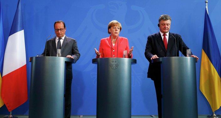 A chanceler alemã Angela Merkel, o presidente francês François Hollande e presidente ucraniano Petro Poroshenko falam com a mídia após a sua reunião em Berlim, Alemanha, 24 de agosto de 2015