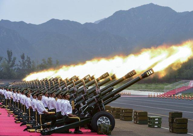 Policiais paramilitares e soldados de artilharia durante o ensaio da parada militar em comemoração do 70º aniversário do fim da Segunda Guerra Mundial, na base militar em Pequim, China.