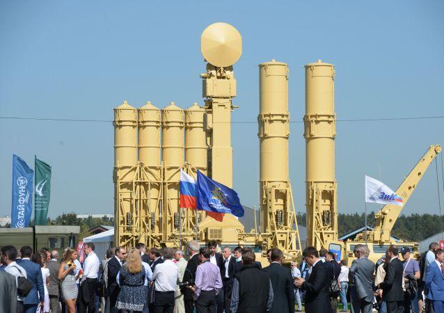 Visitantes na abertura do Salão Internacional de Aviação e Espaço MAKS 2015 na Rússia em Zhukovsky