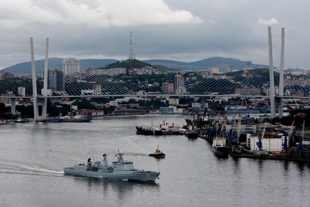 O destruidor Shenyang da Marinha chinesa dirige para o mar durante os exercícios navais russo-chineses Cooperação Naval 2015, Rússia, Vladivostok. As marinhas vão treinar as suas capacidades de defesa contra subversões, submarinos e navios.