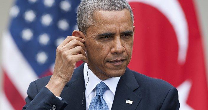 O presidente dos EUA, Barack Obama, ajusta seus fones de ouvido de tradução simultânea durante uma conferência com o então primeiro-ministro da Turquia, Recep Tayyip Erdogan