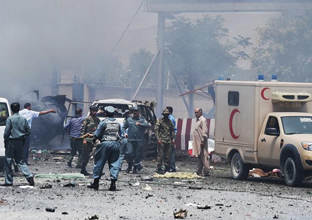 Policiais e seguranças afegãos após a explosão que atingiu o aeroporto internacional de Cabul em 10 de agosto