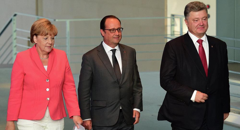 Chanceler da Alemanha Angela Merkel, presidente da França François Hollande e presidente da Ucrânia Pyotr Poroshenko durante encontro em Berlim