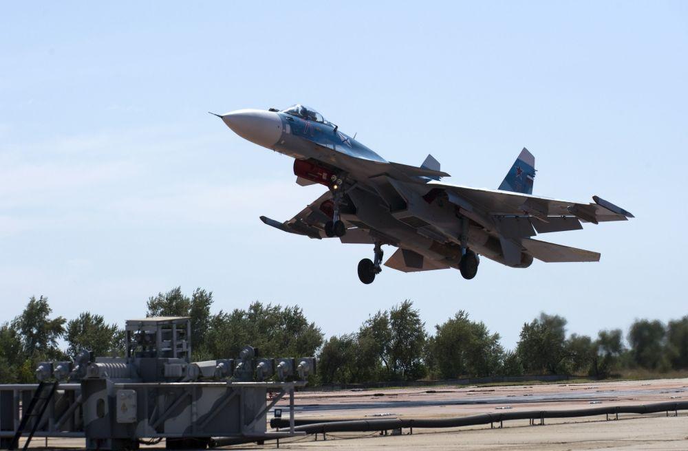 O avião Su-33 durante um voo de treinamento de pilotos da aviação naval da Frota do Norte no polígono dos sistemas de decolagem e aterrissagem Nitka na Crimeia (Rússia).