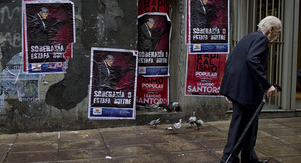 Cartazes rezando Soberania ou calote dos abutres em uma parede em Buenos Aires.