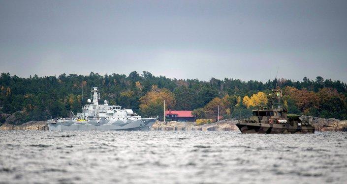 Navios da marinha sueca buscando o suposto submarino russo