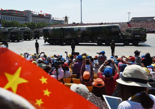 Veículos militares transportam mísseis DF-31A na praça de Tianamen durante a parada militar em homenagem aos 70 anos da vitória na Segunda Guerra Mundial, Pequim, China, 3 de setembro de 2015.