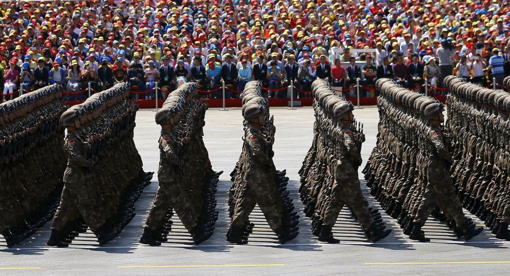 Soldados do Exército de Libertação Popular da China desfilam durante a parada militar em homenagem aos 70 anos da Vitória na Segunda Guerra Mundial, Pequim, China, 3 de setembro de 2015