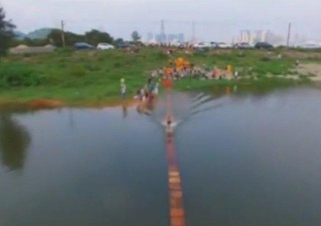 Monge que anda sobre a água atingiu um novo recorde