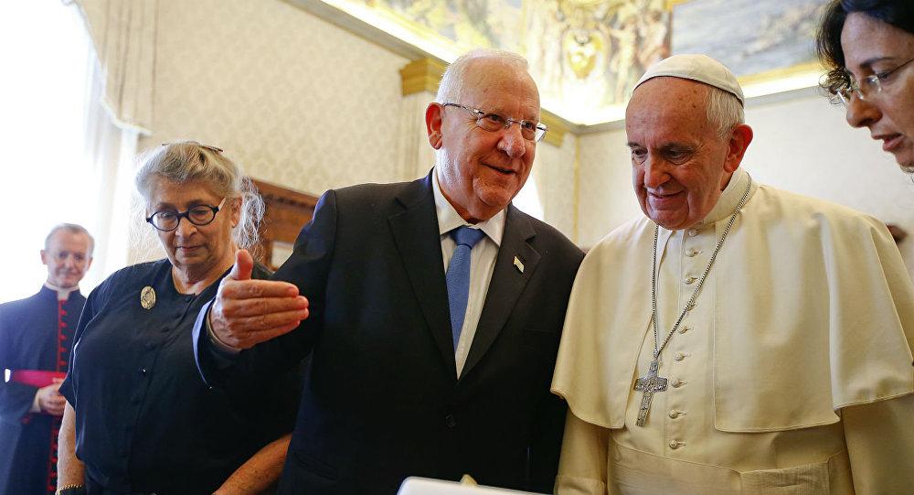 O presidente de Israel, Reuven Rivlin, é recebido no Vaticano pelo Papa Francisco.