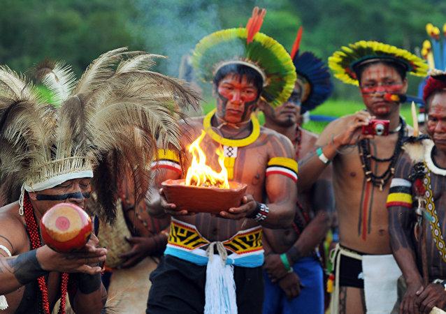 Caiapó, Xerente, Manoki e outros povos indígenas do Brasil acendem fogo sagrado em um ritual durante a conferência Rio+20, em 2012.