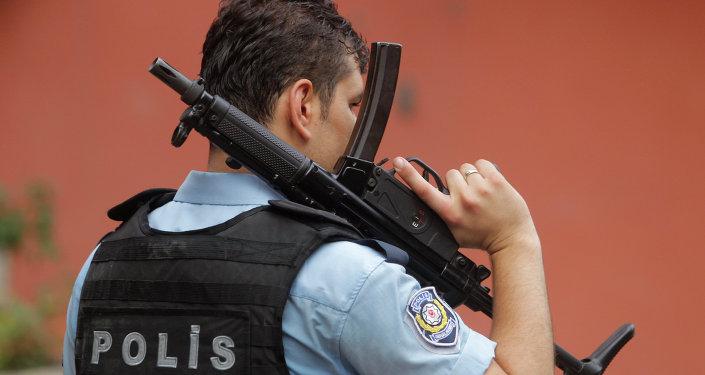 Policial turco em Istanbul, 10 de agosto de 2015