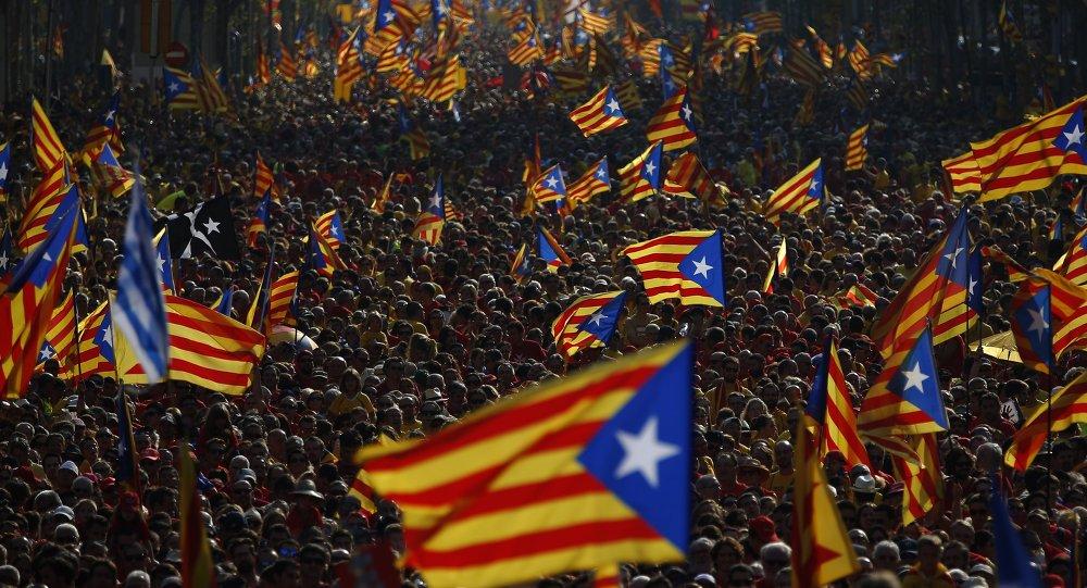 As bandeiras estreladas que simbolizam independência da Catalunha durante os protestos de setembro de 2014, Barcelona, Espanha