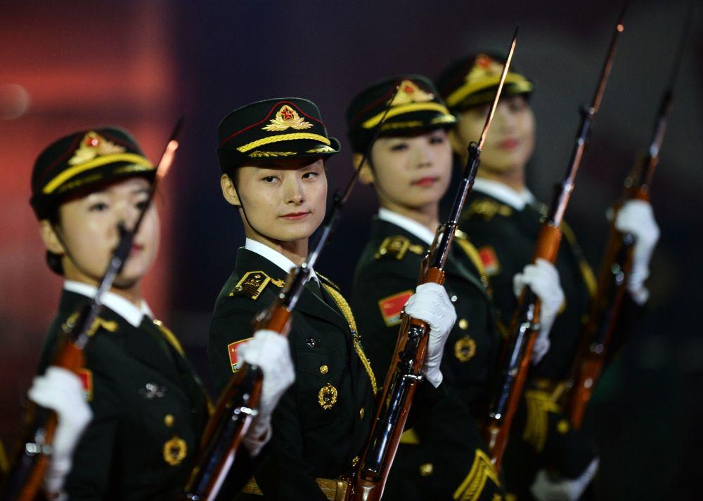 Banda e destacamento da guarda de honra do Exército de Libertação Popular chinês no Festival Internacional de Música Militar Spasskaya Bashnya na Praça Vermelha