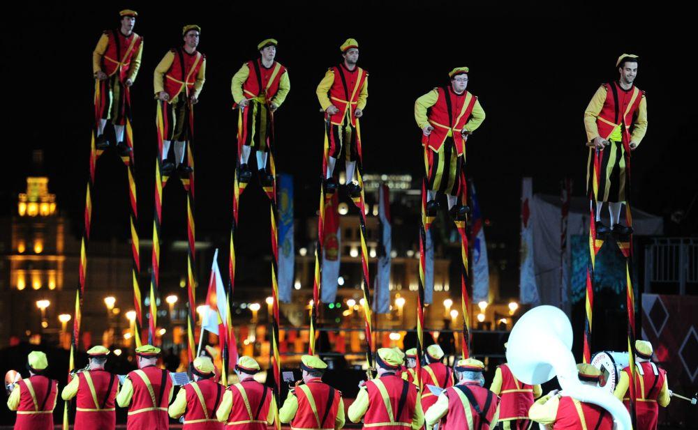 Artistas belgas com andas na inauguração do Festival Internacional de Música Militar Spasskaya Bashnya na Praça Vermelha