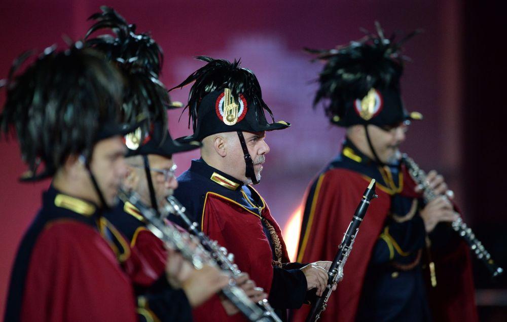 Orquestra da polícia municipal de Roma na inauguração do Festival Internacional de Música Militar Spasskaya Bashnya na Praça Vermelha