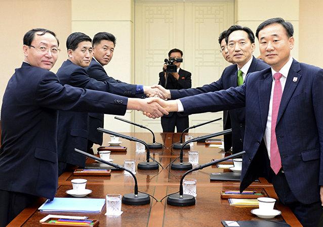 Autoridades da Coreia do Sul e da Coreia do Norte acordam o encontro de familiares separadas pela guerra.