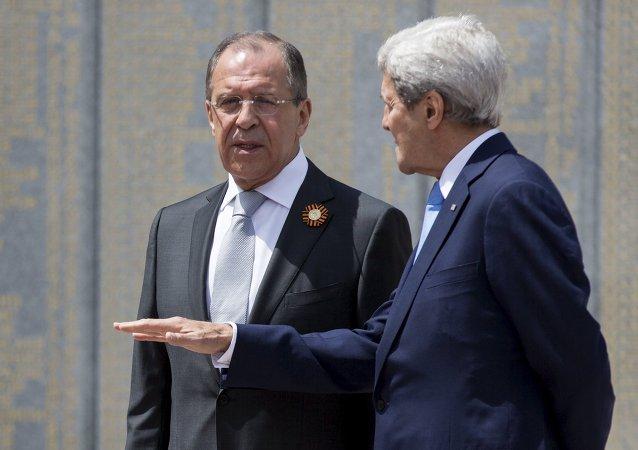 O chanceler russo Sergei Lavrov e o secretário de Estado norte-americano John Kerry, Sochi, 12 de maio de 2015