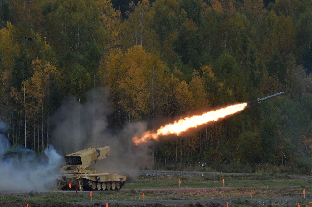 Sistema de lança-chamas pesado TOS 1A 'Solntsepek' durante um show realizado na cerimônia de abertura da exposição internacional de equipamento militar Russia Arms Expo
