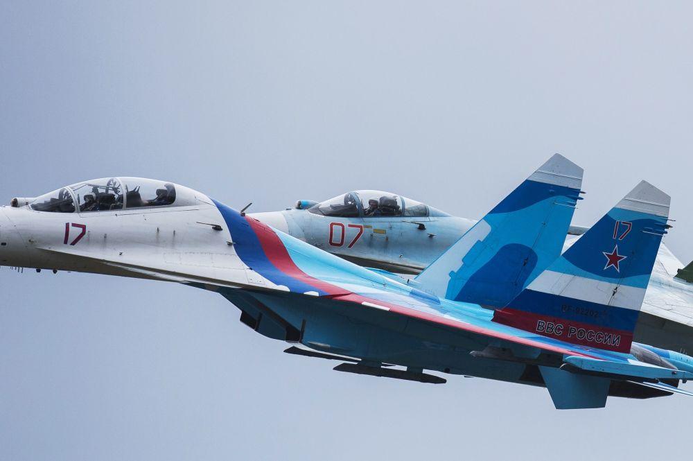 Grupo da acrobacia aérea Sokoly Rossii durante a cerimônia de abertura da exposição internacional de equipamento militar Russia Arms Expo