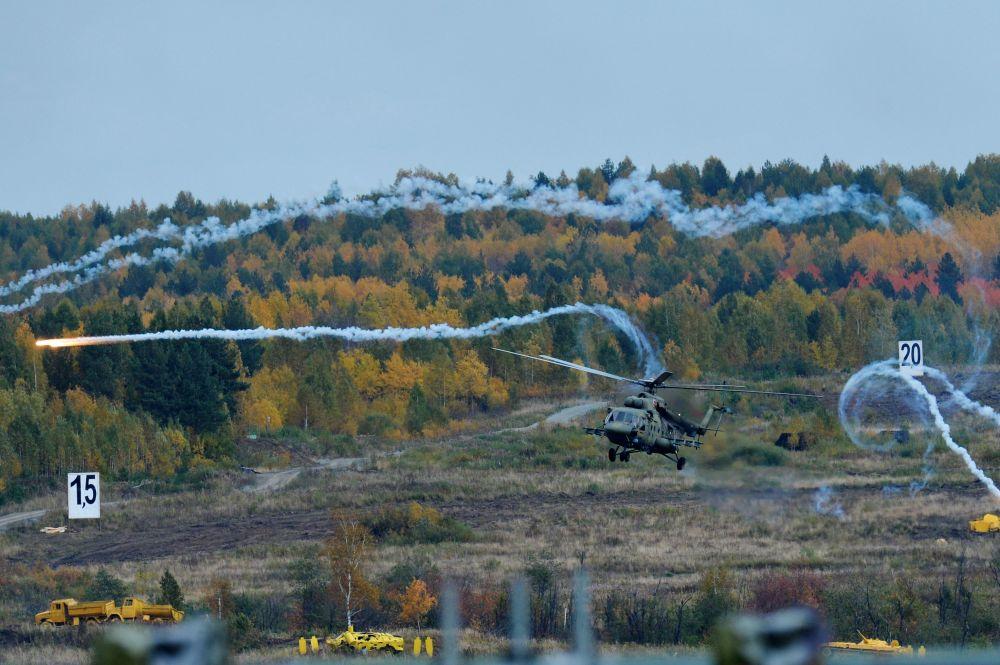 Helicóptero Mi 8MTSh durante o show realizado no âmbito da cerimônia de abertura da exposição internacional de equipamento militar Russia Arms Expo