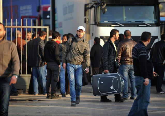 Sírios cruzam a fronteira do seu país com a Turquia