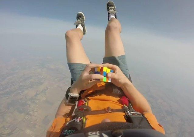 Paraquedista resolve o cubo de Rubik em voo livre