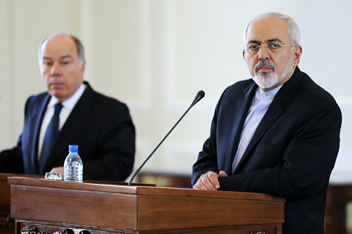 O ministro das Relações Exteriores do Brasil, Mauro Vieira (esquerda) após a reunião com o seu colega iraniano, Javad Zarif, em Teerã em 13 de setembro