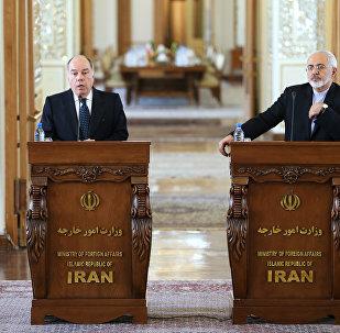 O ministro das Relações Exteriores do Irã, Javad Zarif (direita), em coletiva de imprensa ao lado do chanceler brasileiro, Mauro Vieira, durante visita ao Brasil em setembro de 2015