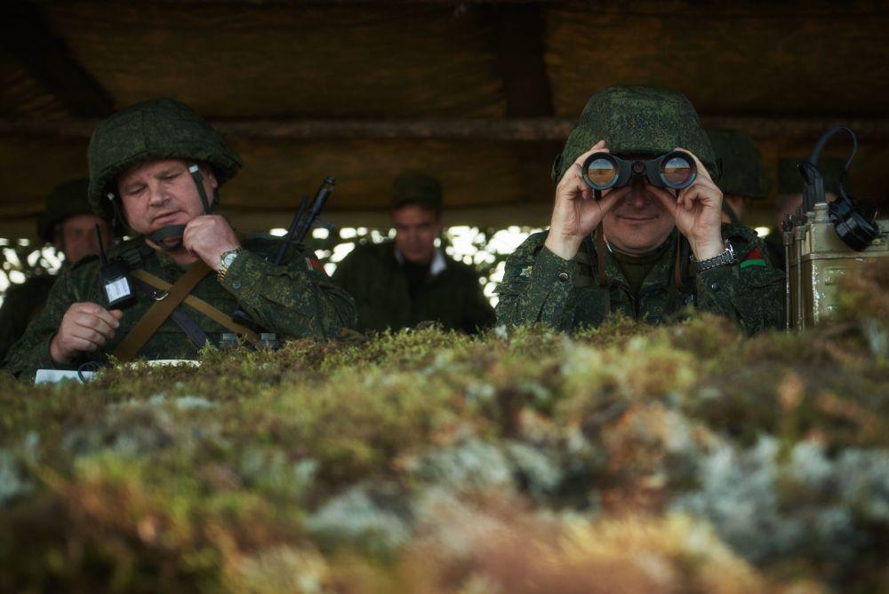 Militares das Forças Armadas bielorrussas no posto móvel de comando