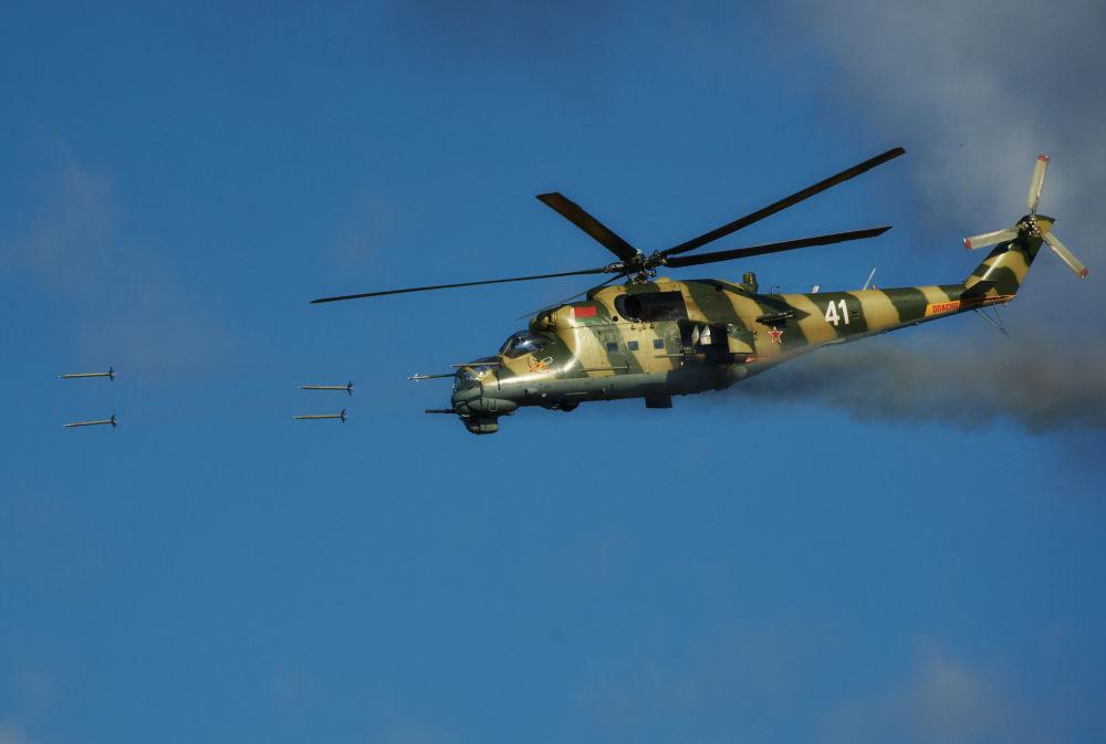 Helicóptero Mi-24 da Força Aérea bielorrussa fazendo fogo com projeteis a jato não controlados e canhões