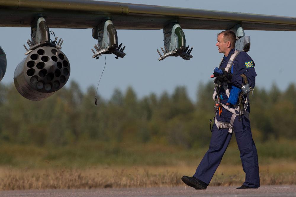 Militar junto do caça Su-25 da Força Aérea bielorrussa