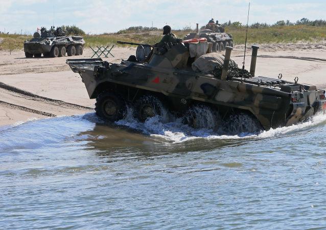 Veículo blindado de transporte de pessoal BTR-80 durante os exercícios conjuntos da Rússia e Bielorrússia