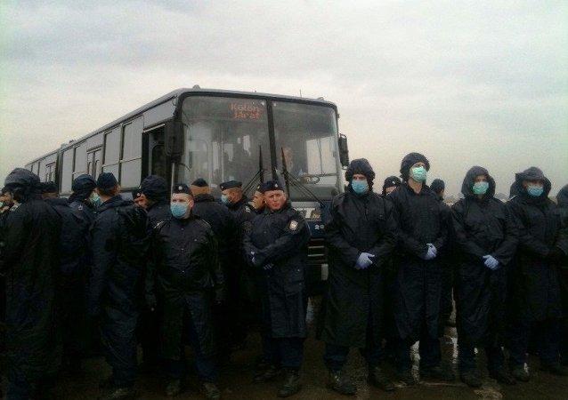 Posto de controle de migrantes em campo de refugiados na Hungria