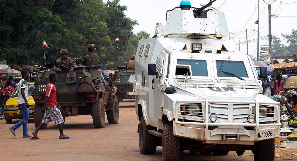 Veículo blindado da Missão Multidimensional Integrada das Nações Unidas para a Estabilização da República Centro-Africana durante patrulha pelas ruas de Bangui, capital do país (arquivo)