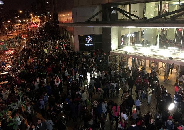 Pessoas evacuam um Shopping Center em Santiago depois de um forte terremoto