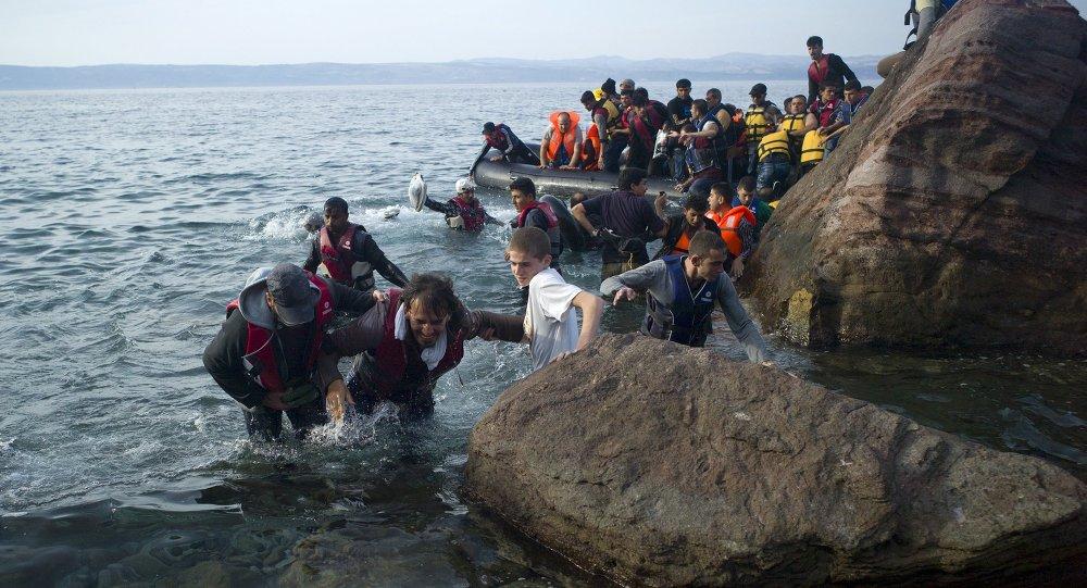 Refugiados e migrantes chegam à praia da ilha grega de Lesbos, 9 de setembro de 2015
