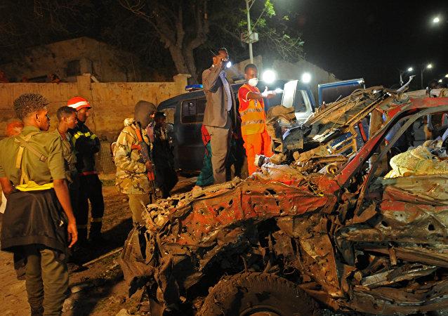 Restos de carro detonado em Mogadíscio, capital da Somália, em setembro de 2015 (arquivo)