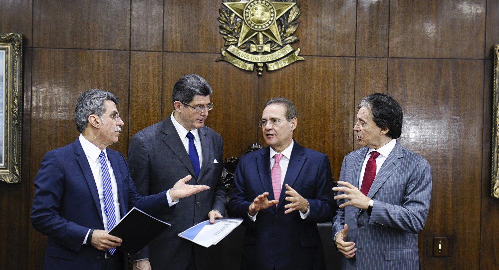O ministro da Fazenda, Joaquim Levy, em reunião com o presidente do Senado Federal, Renan Calheiros, e os senadores Eunício Oliveira (PMDB-CE) e Romero Jucá (PMDB-RR)