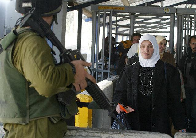 Soldado israelense no posto de controle entre Israel e Palestina