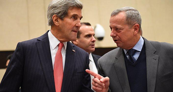 John Kerry (esquerda) e John Allen (direita) durante um encontro da coalizão anti-EI em Bruxelas, em finais de 2014