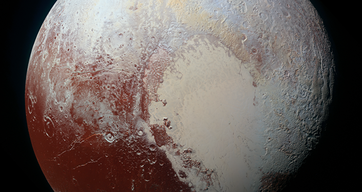A imagem combina imagens azul, vermelha e infravermelha tiradas pela Câmera Visual Multiespectral de Imagens. Na imagem a superfície do Plutão possui um leque de cores, azul, amarelo, cor de laranja e vermelho.