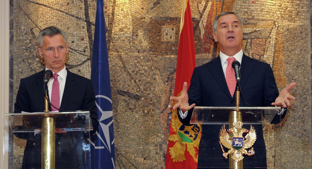 Primeiro-ministro de Montenegro Milo Djukanovic (a direita) e o Secretário geral da OTAN Jens Stoltenberg