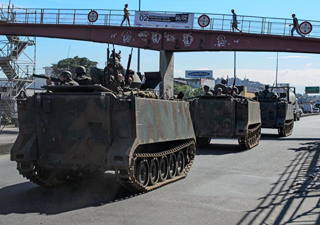 Retirada do Corpo de Fuzileiros Navais do Complexo de Favelas da Maré, na zona norte do Rio, em 30 de junho de 2015