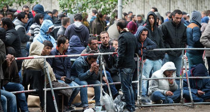 Refugiados e imigrantes esperam pelo Escritório de Serviços Sociais em Berlim, Alemanha, 11 de setembro de 2015
