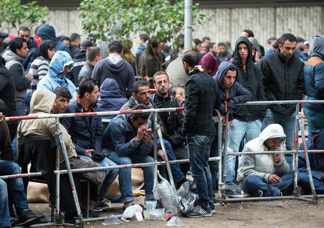 Refugiados e imigrantes no Escritório de Serviços Sociais em Berlim, Alemanha, em 11 de setembro de 2015