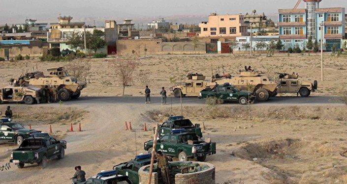Forças de segurança do Afeganistão ocupam posições durante o combate na cidade de Kunduz, norte do Afeganistão, 29 de setembro de 2015