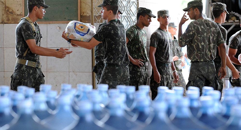 Soldados brasileiros preparam ajuda humanitária para refugiados (foto de arquivo)
